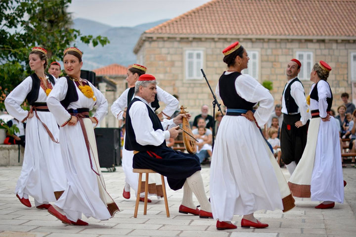 Folklore performances in Čilipi