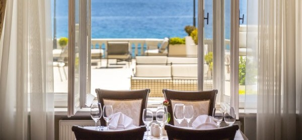 The à la carte restaurant Isadora offers an excellent dining experience against the backdrop of the sea.